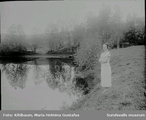 Fotograf Ester Näslund vid en sjö, ev Kvarndammen troligen i Ljustorp.