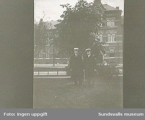 Två studenter, ev Flickskolan i bakgrunden.