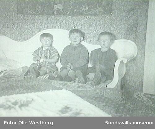 """Anne-Marie Westberg (f. 1925, g. Sjösten) t.v. med två kamrater. Fotografiet är taget i familjen Westbergs bostad i """"LO-villan""""."""
