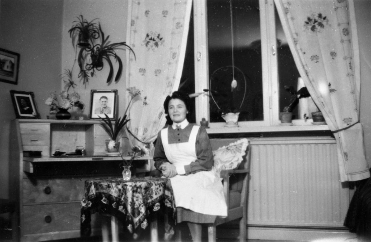 Vårdarinnan Karin Hasselberg i sitt rum på Stretereds skolhem, 1930- till 40-talet.