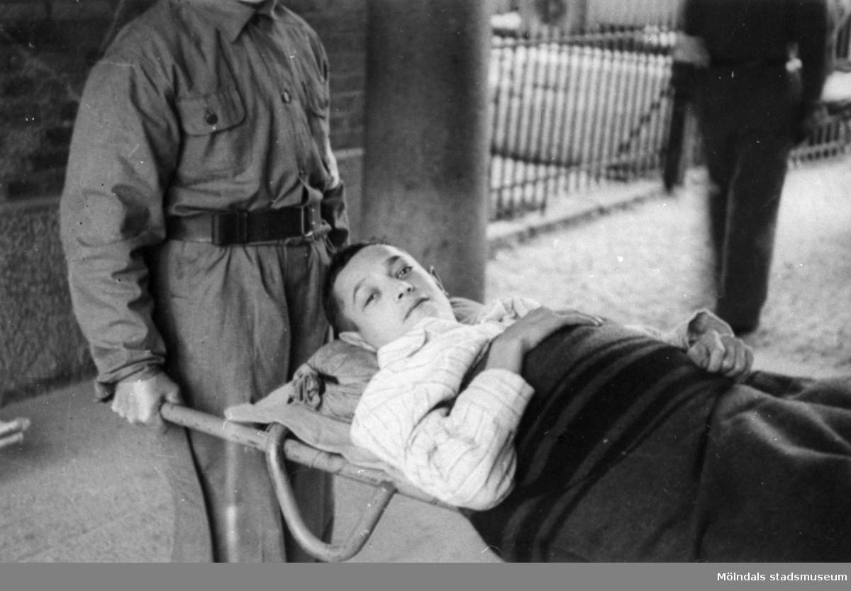 """""""Karantänsförläggning"""" på Kvarnbyskolan för flyktingar från koncentrationsläger i Tyskland 1945.   På båren ligger Abraham, 22 år gammal, flykting från koncentrationslägret Bergen-Belsen i Tyskland."""