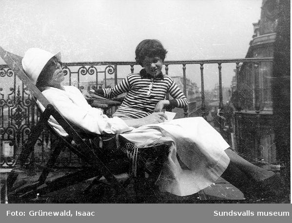 Sigrid Hjertén och sonen Iván Grünewald (f. 1911) på terrass, 1922. Se repronegativ 95:046,01.