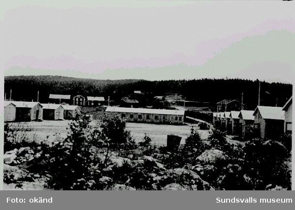 """Norskt polistruppsläger, Bataljon 3. """"Baggböle sommeren 1944"""". (Text  i  fotoalbum. Ägare Erling E Henriksen, Borgenhaugen)Manskapsbarackerna från  NV."""