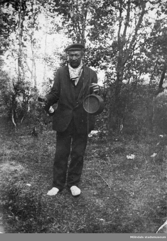 """Tommis"", Karl-Johan Samuelsson står vid en träddunge. Mölndal, okänt årtal."