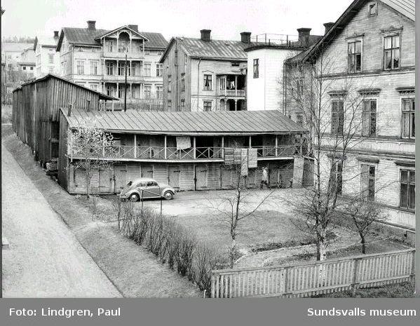 Vy tagen söderut från Bergsgatan. Gårdshuslängorna är numera rivna men i övrigt finns alla de fyra husen i högerkanten av bilden kvar (2016). Det är västra delen av kvarteret Stjärnan och adresserna är Nybrogatan 39, 41a+b och 43. Utanför i bild till vänster ligger numera flerfamiljshuset med adress Bergsgatan 5.