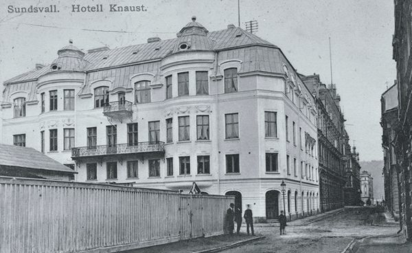 Hotell Knaust från Kyrkogatan. Vykort.