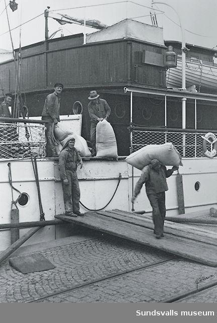Lossning från en av Sveabolagets båtar.
