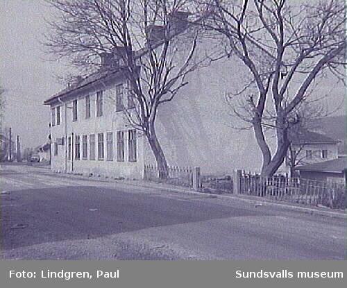 Ur Paul Lindgrens och Helge Höglunds Södermalmsinventering, genomförd 1963 på uppdrag av Hallström & Nisses.Södermalmsgatan 22.Byggnaden är gjort av sten med rappning utanpå.