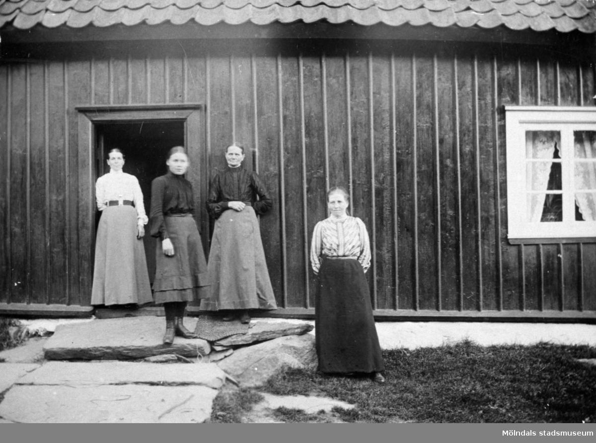 """Från v: Josefina Eriksson, Valdeborg Johansson, Maria Eriksson och Anna Carlsson. Anna arbetade som piga hos dom.Text på baksidan av fotot: """"Fr v. Fina, Valdeborg, Maria och Anna"""". (Maria är syster till Josefina och moster till Valdeborg). 1910-tal."""