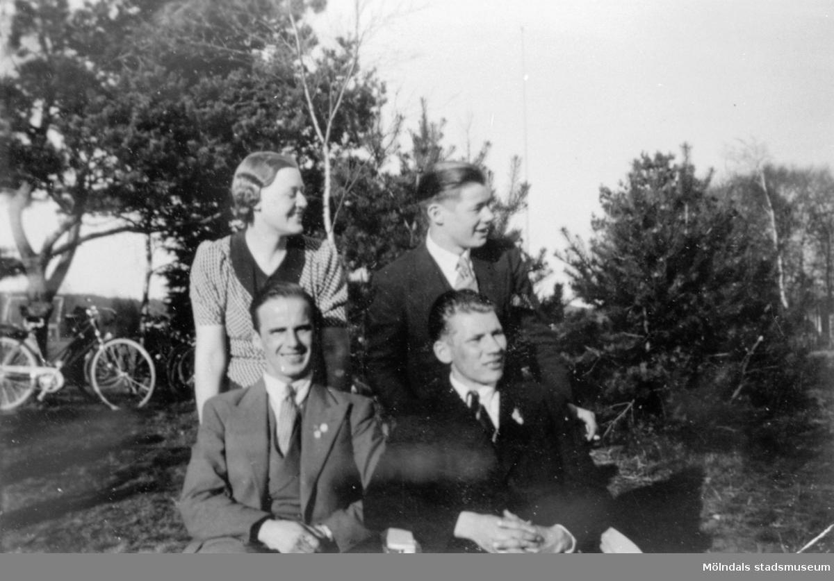 SSU Kretsstyrelse i Mölndal, en kvinna och tre män som poserar i naturen. År 1933.