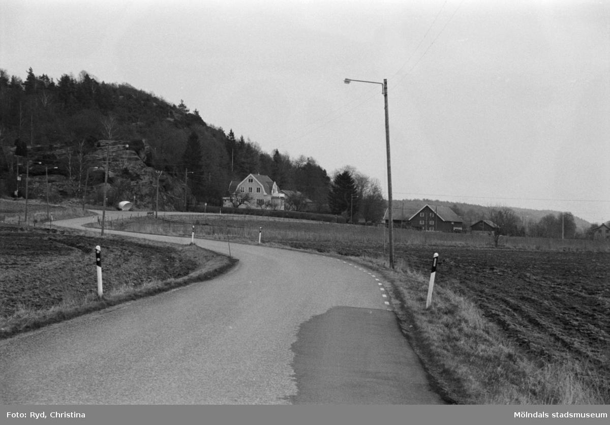 """Gården som man ser bostadshuset på, år 1992, är i dag """"Ekelunds i Knipered"""".Gårdens ladugård brann ner i början av 1950-talet. Det gamla manhuset flyttades till Slottskogen 1946, det kallas numera för Hallandsstugan och drivs av Hallands Gille. Rester av grunden finns kvar."""