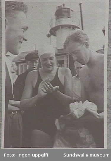 Simerskan sally Bauer smörjer sig inför simmnigen får hjälp av Henny och Arnold