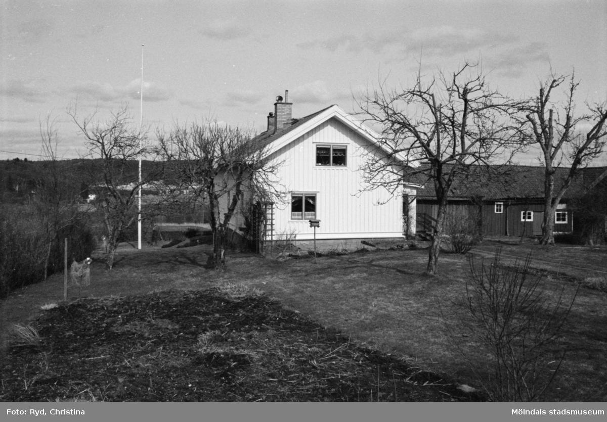 Byggnadsdokumentation av bostadshus och tomt vid Heljered 1:20 (1:2) i Kållered, 1992.