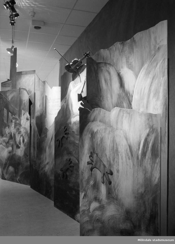 """Interiör från Mölndals Museums utställning """"Från näckens polska till rockens roll"""", 1 dec 1990 - 31 dec 1991. En utställning om folkmusik och folklig musik."""