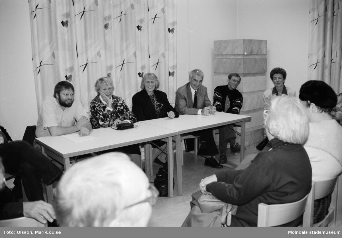 """Familjesöndag, 1992 på Mölndals museum, i samband med utställningen """"Gammalt skräp"""". Man hade barnverkstad med käpphästtillverkning, mannekänguppvisning samt paneldiskussion om """"samlande"""". Ulla Hasselqvist sitter längst till höger."""