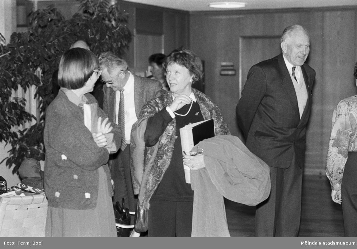 Prisutdelning i Mölndals stadshus vid tävling om Mölndals souvenirer i februari 1992. Mannen till höger är Sven Olof Olsson.