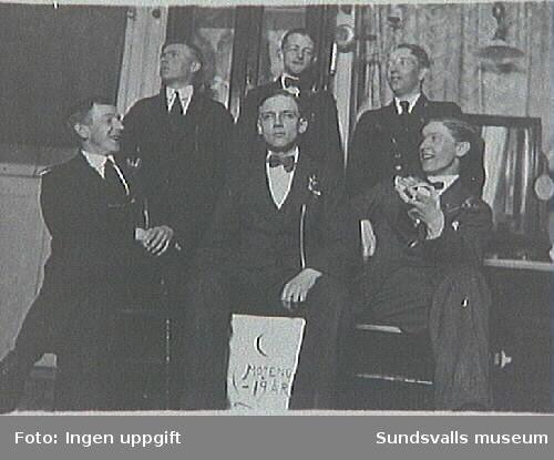 """Medlemmar i kamratföreningen, firar Erik Modins, """"Mojeng"""", 19-årsdag i Modins raksalong, Torggatan 3."""
