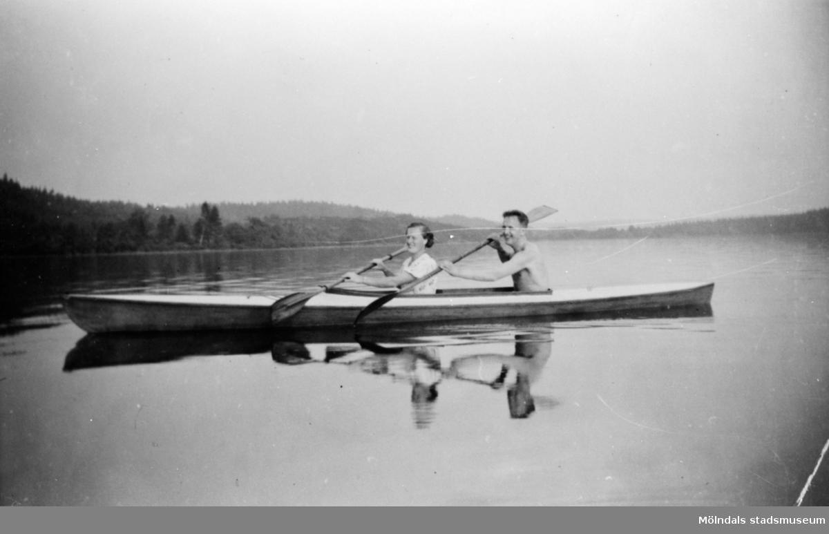 En stilla kanotfärd på Nordsjön Sonja och Werner paddlar, 1920.