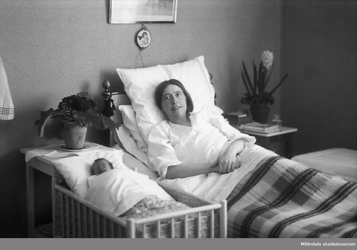 Ester Nyberg med nyfödda dottern Ulla vid Sävsjö privatklinik, 1927. Ester Nyberg från Kållered, född 1891 på Bölet. Dottern hette senare Ulla S Mårland. Ester var gift med predikanten Per Nyberg då bosatt i Sävsjö. När hon blev änka så flyttade hon hem till Kållered igen och öppnade bageri.