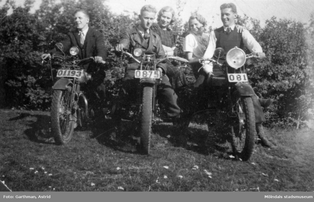 Helmer Garthman, till vänster, sitter på sin mc av okänt fabrikat. Resten av sällskapet är okända för givaren. Fjärås Bräcka, 1940-tal.