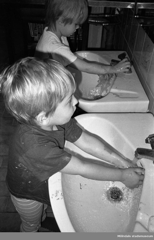 Henrik och Rick tvättar händerna vid var sitt handfat. Lunkentussen, Katrinebergs daghem 1992-93.