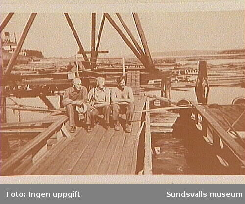 Verner Söderkvist, Ragnar Bylund och John Andersson ( Ingvar Anderssons pappa) på timmerbommen i Svartvik.