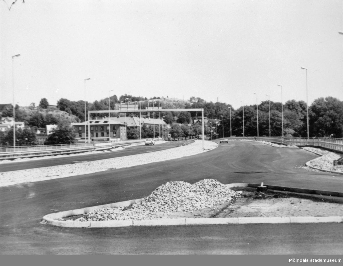 Bygget av Mölndalsbro 1975. Man ser Kvarnbygatsviaduktens vägbana mot öster. Till höger ses förbindelsevägen mellan bron och Gamla Kungsbackavägen.