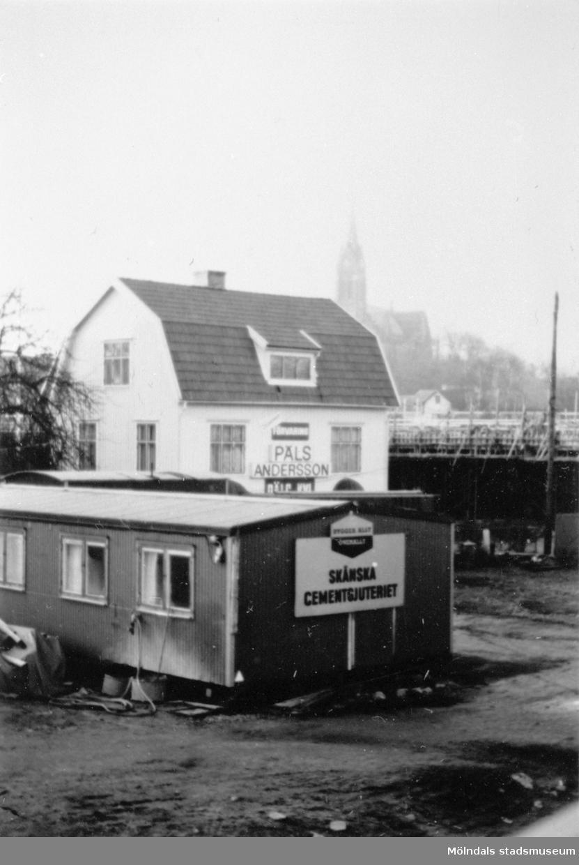När Mölndals bron byggdes 1975. Bild av affär (Andersson päls) på Storgatan 40 och en byggcontainer framför brobygget.