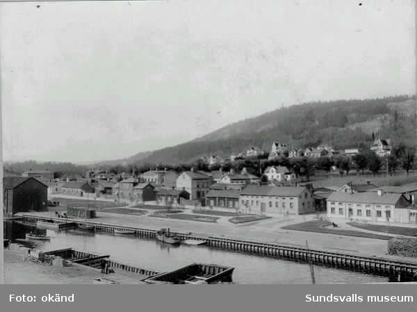 Selångersån med trämagasin, båtar och pråmar, bl bogserbåten Ida (1898-1926). Norrmalmskvarteren fr v Ryssjan, Långreven och Håven.