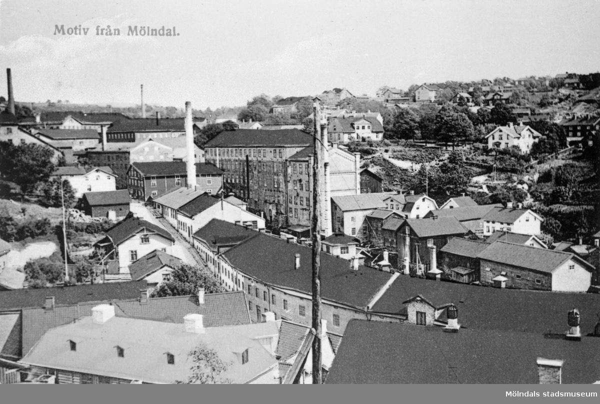 """Vykort """"Motiv från Mölndal"""" postat den 1/11 1910. Utsikt från Störtfjället mot Mölndals Kråka (Kvarnbygatans backe) österut och bebyggelsen i Götaforsliden."""