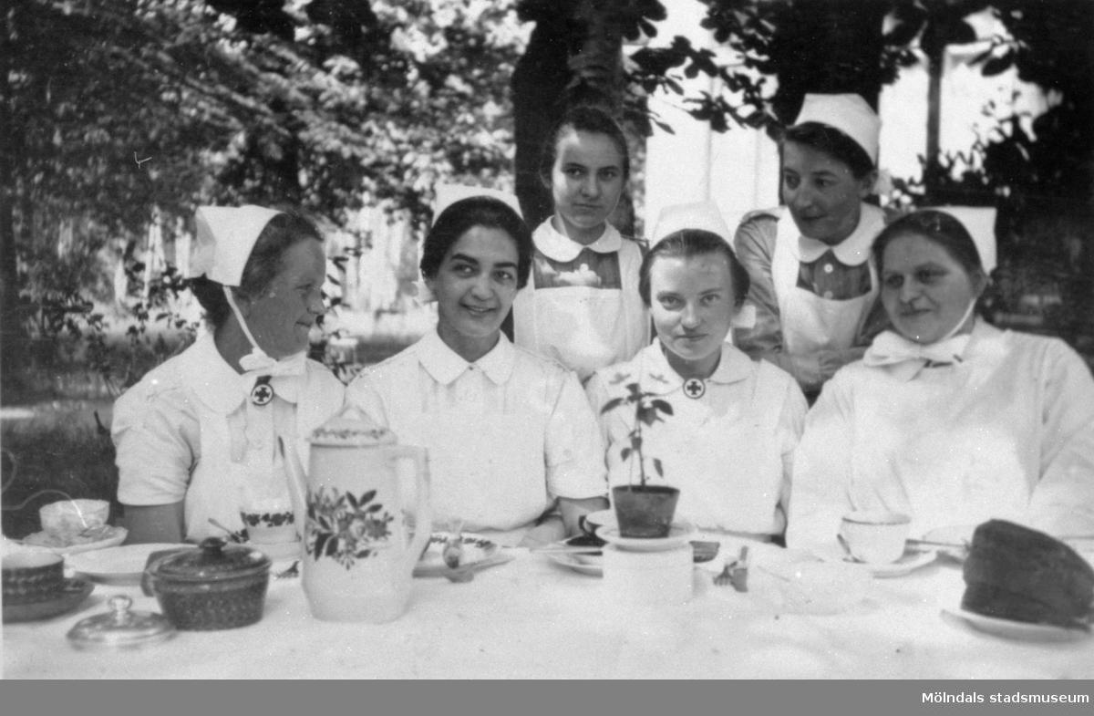 Margareta Wendel (född Sparre) som sjuksköterska (andra från vänster). 1928-1929 vårdades Margareta för lungtuberkulos vid Marien-Hospital i Leipzig, Tyskland. Ibland hände det att de patienter som inte var så svårt sjuka fick hjälpa till på sjukhuset.