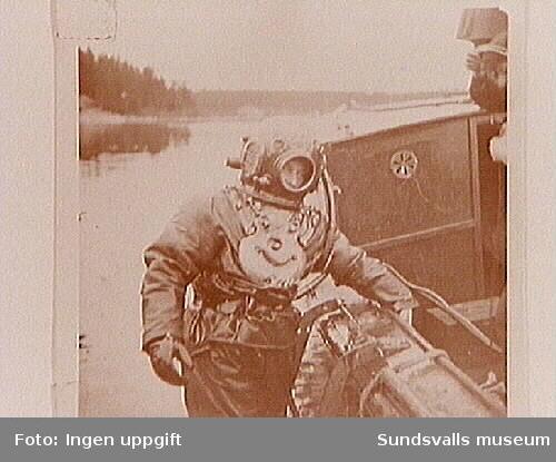 """Dykaren Hilmer Wiström vid bärgning av sandskutan """"Kalle"""" i Ollerviken, Juniskär, 1938."""