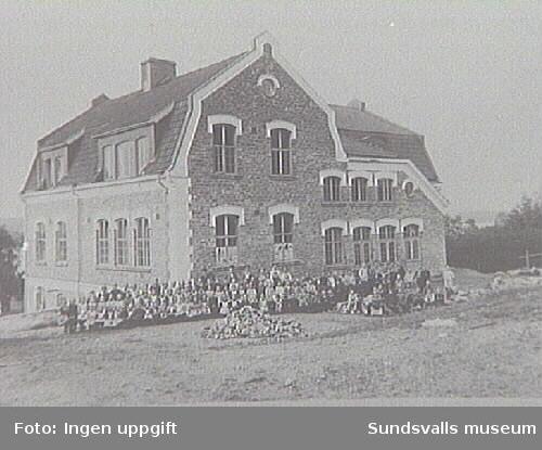 Skolelever framför Gustavsbergs folkskolebyggnad.