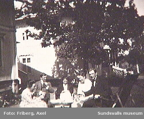 "Text skriven på fotografiets baksida: ""Tunadal13 juni 1920. Foto: Axel Friberg"""