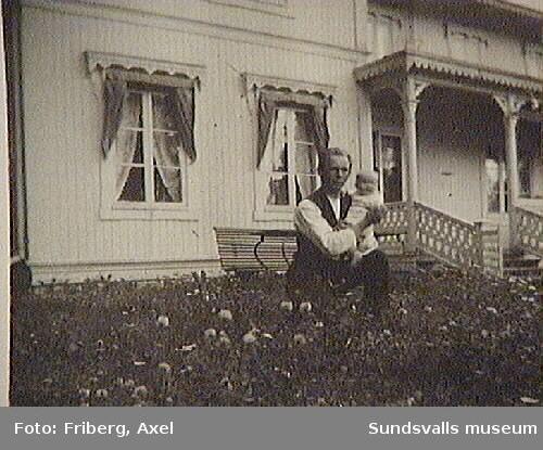 """På fotografiets baksida står skrivet: """"Tunadal16 juli 1920. Ungkarlslivets behag. Foto: Axel Friberg"""""""