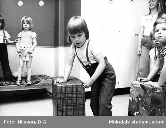 Barn som leker. Holtermanska daghemmet maj 1975.