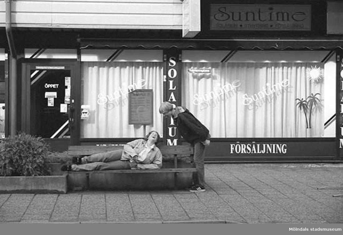 MMF1996:0913-0930 Kvarnbyskolan 9A grupp 1. MMF1996:0931-0940 Kvarnbyskolan 9A grupp 2. Mölndalsbro i dag - en dokumentation gjord av högstadieelever. Skolpedagogiskt projekt på Mölndals museum under oktober 1996. Se även gruppbilder på klasserna MMF 1996:1382-1405 och bilder på den färdiga utställningen MMF1996:1358-1381.