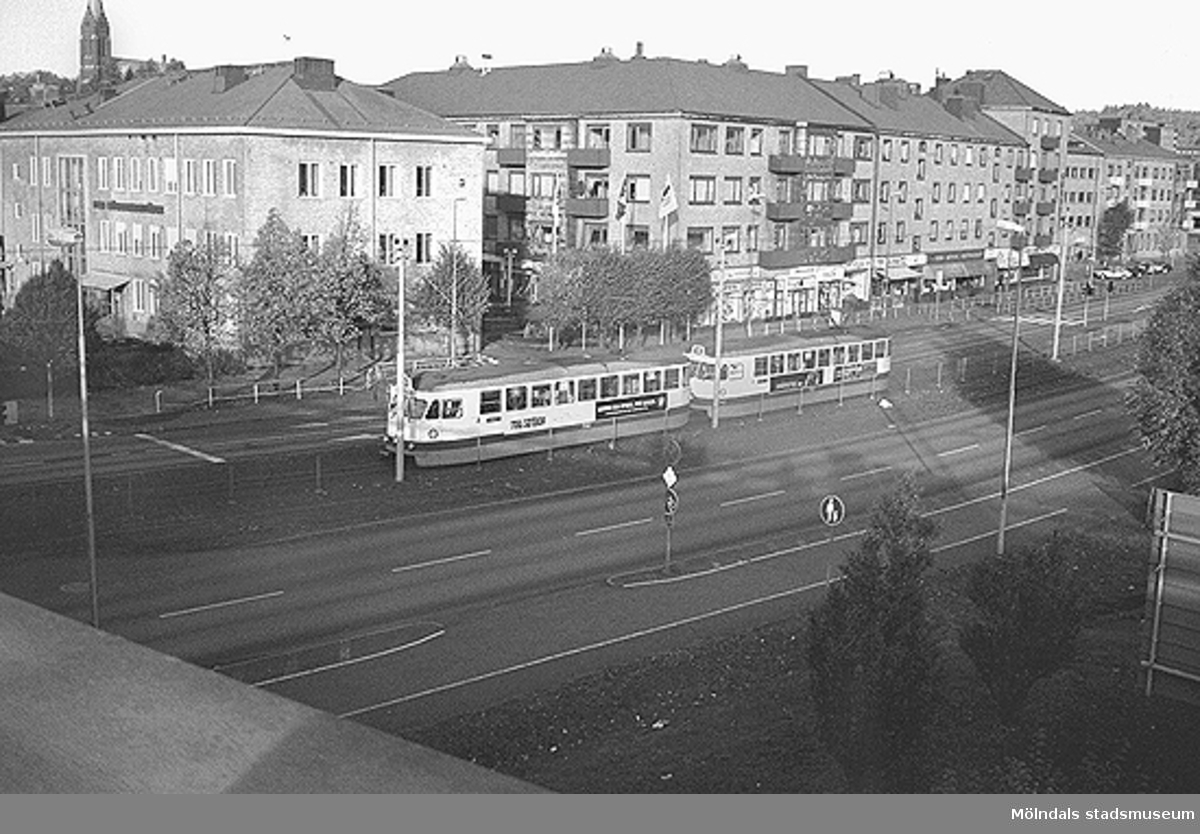 Vy från bron åt nordväst. Mölndalsbro i dag - ett skolpedagogiskt dokumentationsprojekt på Mölndals museum under oktober 1996. 1996_1061-1076 är gjorda av högstadieelever från Kvarnbyskolan 9C, grupp 3. Se även 1996_0913-0940, gruppbilder på klasserna 1996_1382-1405 samt bilder från den färdiga utställningen 1996_1358-1381.