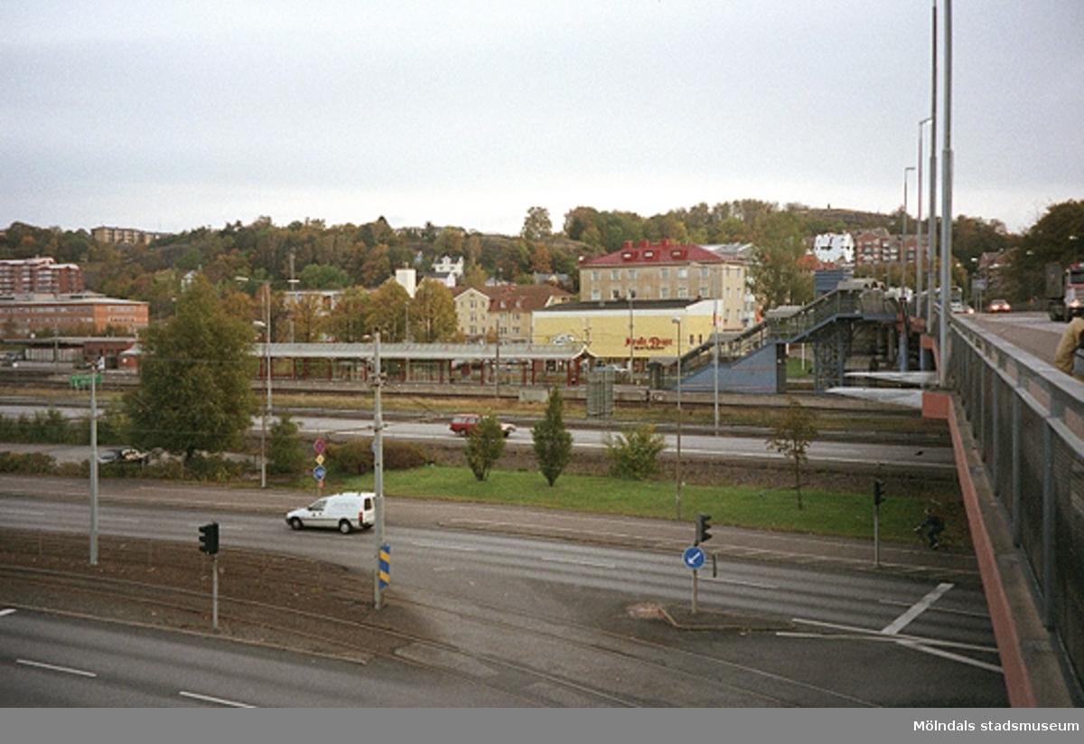 Mölndalsbro i dag - ett skolpedagogiskt dokumentationsprojekt på Mölndals museum under oktober 1996. 1996_1338-1356 är gjorda av högstadieelever från Åbyskolan 8A, grupp 6. Se även 1996_0913-0940, gruppbilder på klasserna 1996_1382-1405 och bilder från den färdiga utställningen 1996_1358-1381.