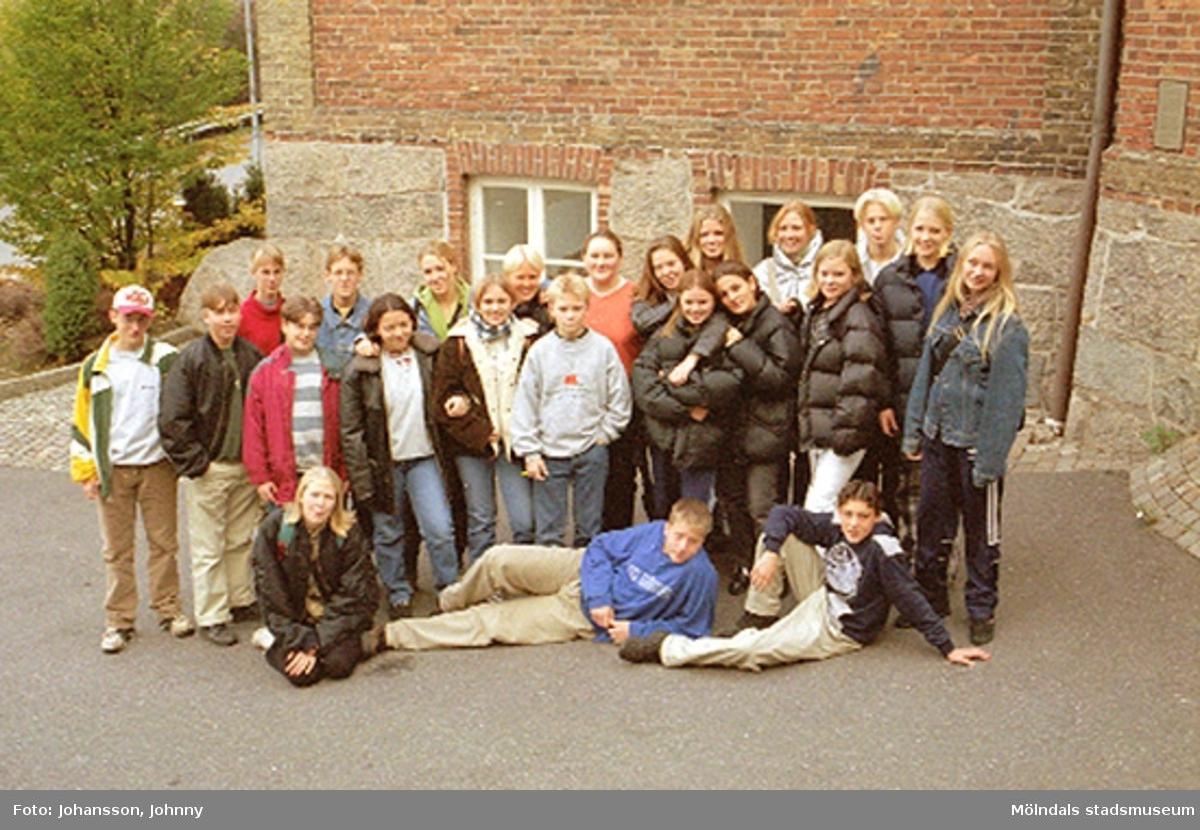 """1996_1398-1401, 1404-1405 är gruppbilder av högstadieelever från Åbybyskolan 8A. Eleverna deltog i det skolpedagogiska dokumentationsprojektet """"Mölndalsbro i dag"""" på Mölndals museum under oktober 1996. Gruppbilder av samtliga deltagande klasser: 1996_1382-1405 och samtliga bilder från den färdiga utställningen 1996_1358-1381."""