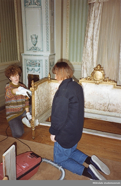 Ulla Hasselqvist och Monica Perman städar dels i matsalen, dels i fru Halls sängkammare (rum nr 31 och 27). Cirka 1993.