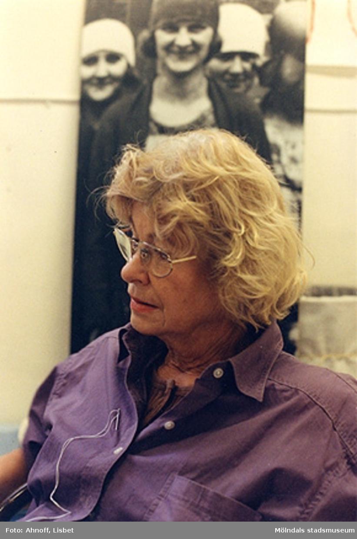 """Berättarcafé i samband med utställningen """"Textilen"""", 1993. Okänd person."""