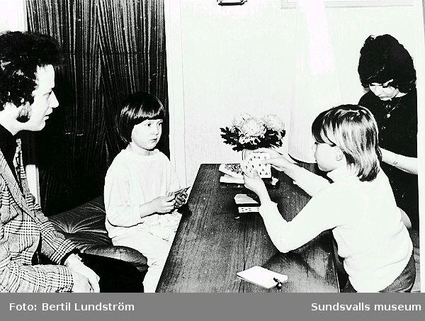 Kortspel hemma hos familjen Lundström på Pilgränd 8. Fr.v. Bertil, Annelie(f. 1966), Carina (f. 1961) och Britt-Marie.