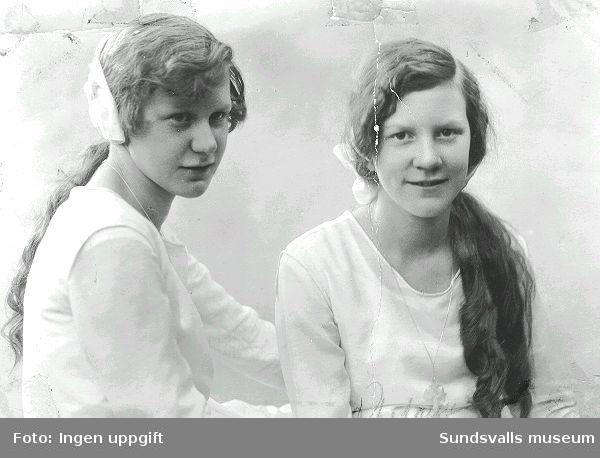 Vera och Maiken Håkansson  på konfirmationsdagen 1927-05-27. Konfirmationen ägde rum i Gustav Adolfs-kyrkan, och konfirmationsprästen hette Gustaf Nording.