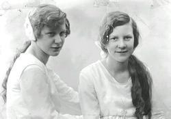 Vera och Maiken Håkansson  på konfirmationsdagen 1927-05-27.