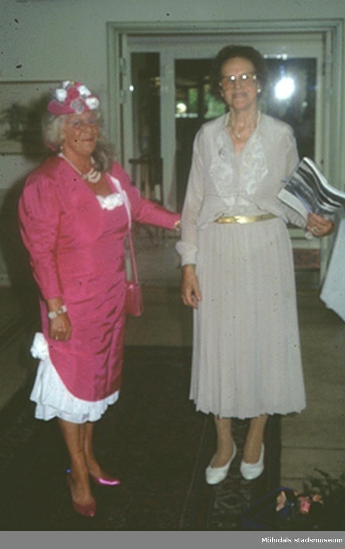 Britas 85-årsdag på Villa Belparc i Slottskogen den 12 augusti 1994. Margits klänning, jacka, hatt, handväska och skor finns i Mölndals stadsmuseums samlingar.