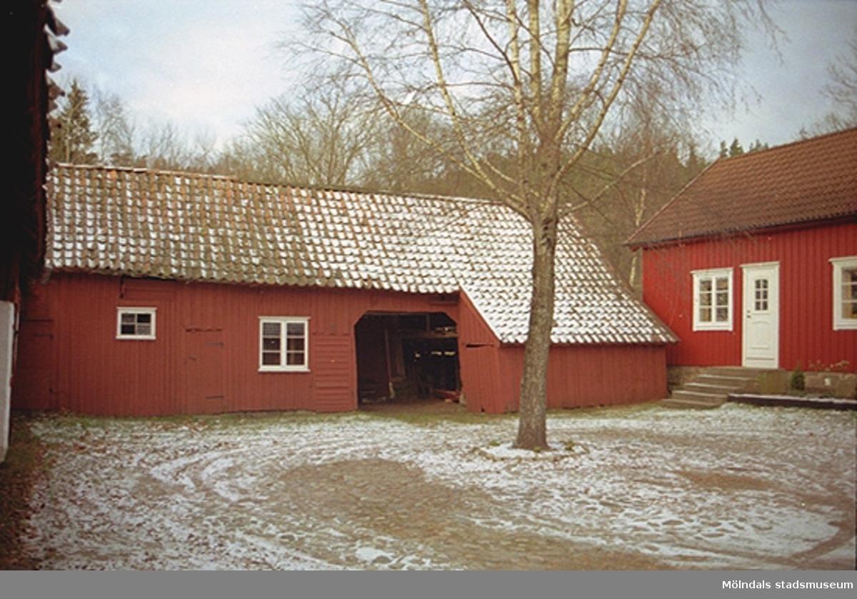 Stenlagd inbyggd gård, sedd från söder.