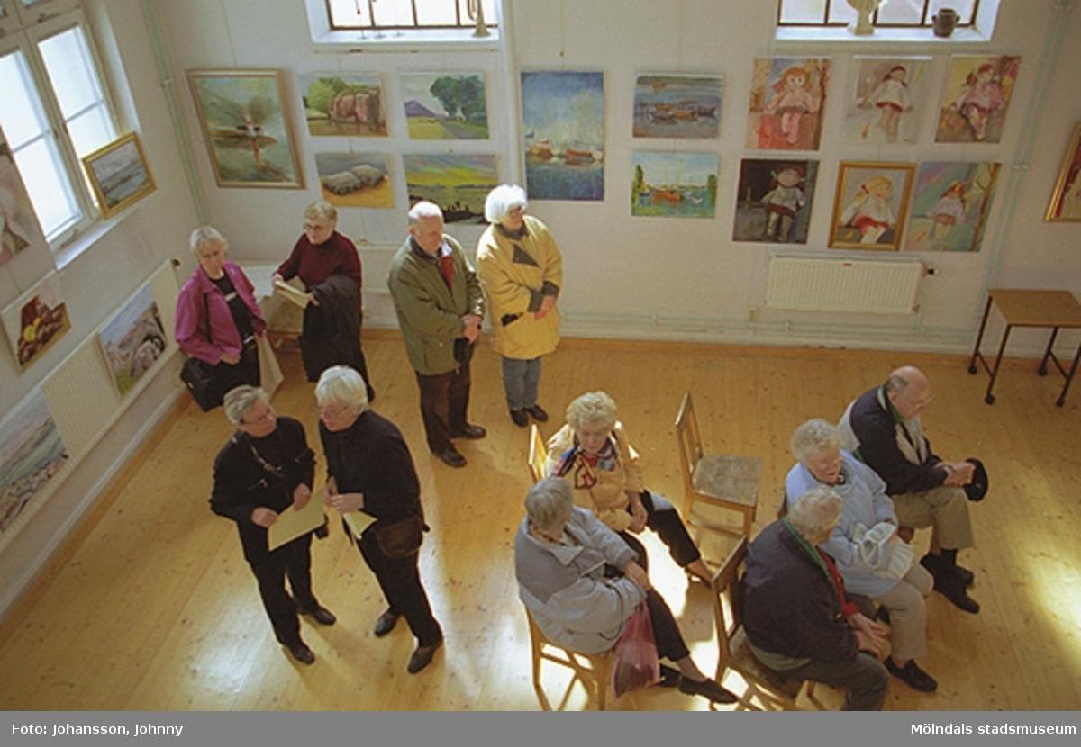 Besökare på Mölndals målarskola.