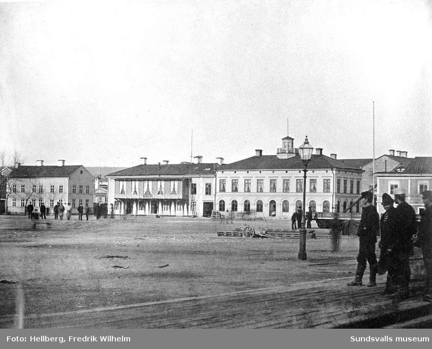 Hamnplanen med det äldsta hotell Knaust (i mitten) samt tullhuset till höger.