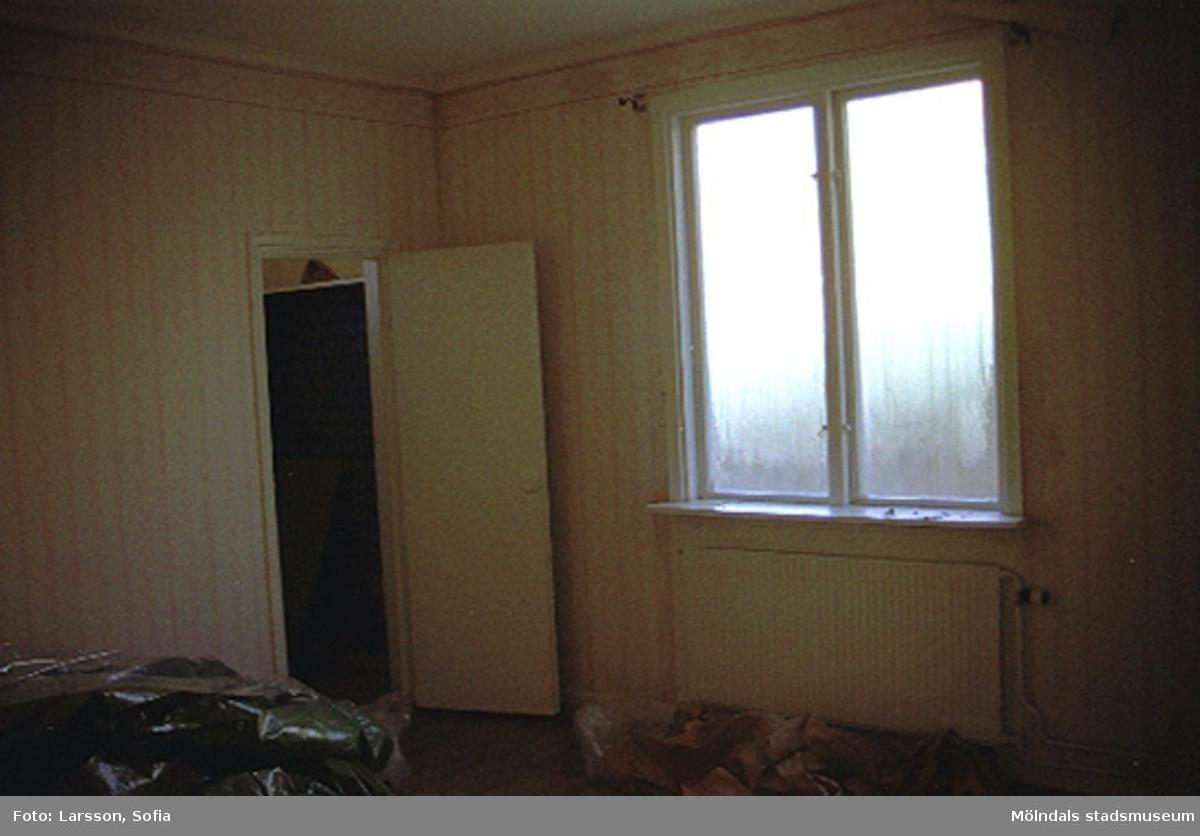 Interiör med ett rum, fönster och element från ett brandskadat hus på Norra Forsåkersgatan 2D, Forsåker 1:25. Huset brannskadades 2001-12-28 och revs år 2003.